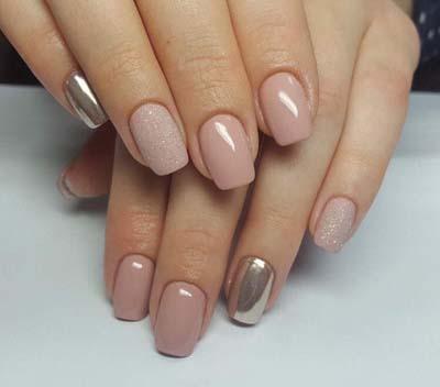Μπεζ-ροζ νύχια με καθρέφτη