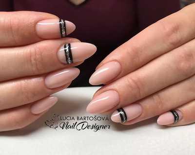 Απαλά ροζ μπεζ νύχια με μαύρη και ασημένια γραμμή
