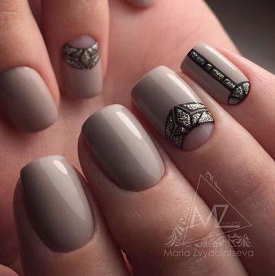 Μπεζ-καφέ νύχια με μαύρα σχέδια και ανάποδο γαλλικό