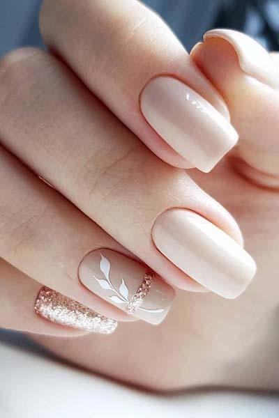 Μπεζ νύχια με ροζ χρυσό και λουλούδια