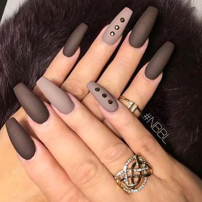 Ματ μπεζ-καφέ νύχια