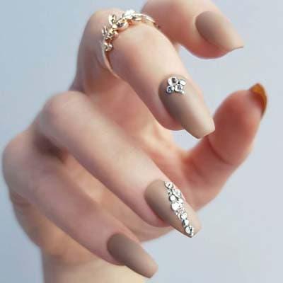 Μπεζ ματ νύχια με στρας