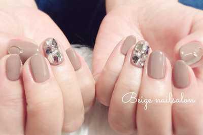 Μπεζ-νουντ νύχια με στρας
