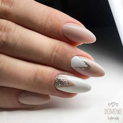 Μπεζ-άσπρα νύχια με γκλίτερ
