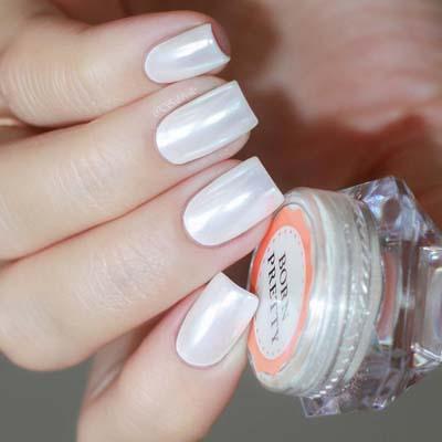 Νύχια σε περλέ λευκό χρώμα