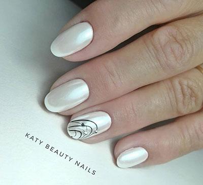 Άσπρα περλέ νύχια με μαύρα διακριτικά σχέδια