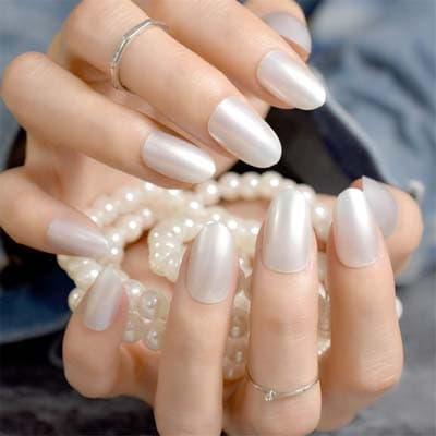 Λευκό περλέ μανικιούρ