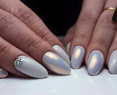 White pearl nails effect