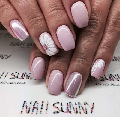 Ροζ μανικιούρ με περλέ εφέ και φλοράλ nail art