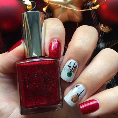 Κόκκινα νύχια στολισμένα με χριστουγεννιάτικες μπάλες