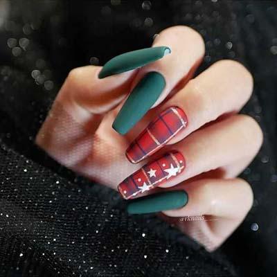 Κόκκινα καρό με πράσινα νύχια για τα Χριστούγεννα
