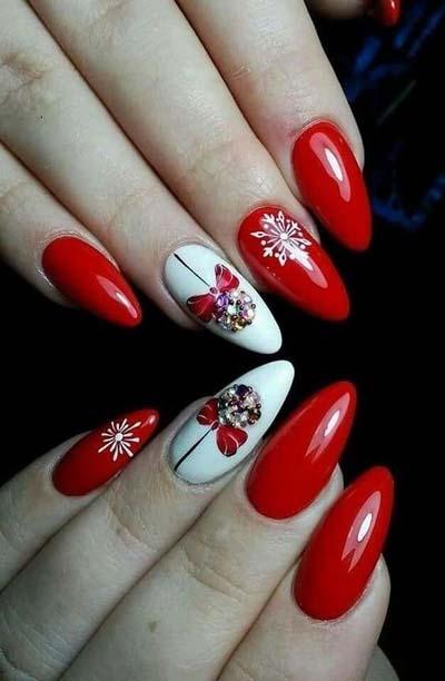 Κόκκινα νύχια με χριστουγεννιάτικες μπάλες και χιονονιφάδες