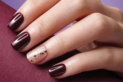 Μπορντό νύχια με χρυσό γκλίτερ για τα Χριστούγεννα