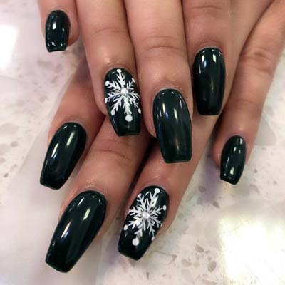 Μαύρο μανικιούρ με χιονονιφάδες