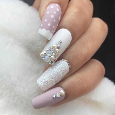 Άσπρα ροζ νύχια με χριστουγεννιάτικα σχέδια