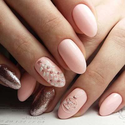 Απαλό ροζ στα νύχια στολισμένο με χριστουγεννιάτικα nail art