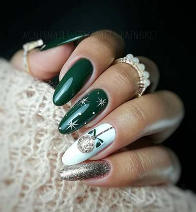 Πράσινο μανικιούρ με ασημί glitter και χριστουγεννιάτικη μπάλα