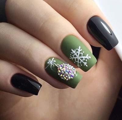 Μαύρα πράσινα νύχια με χιονονιφάδα και χριστουγεννιάτικη μπάλα