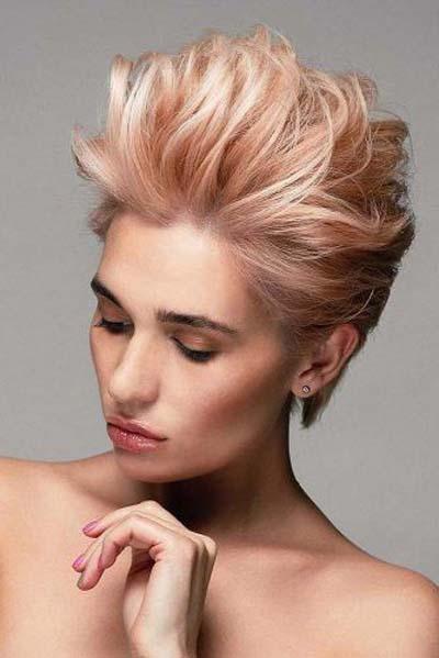 Ανέμελο χτένισμα με όγκο σε πολύ κοντά μαλλιά