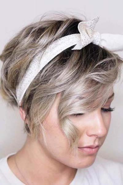 Σγουρά ασύμμετρα αγορέ μαλλιά με μαντήλι
