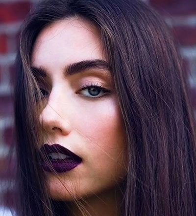 Απαλό μακιγιάζ ματιών και σκούρο μωβ κραγιόν