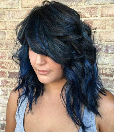 Dark blue black balayage σε φιλαριστό μακρύ καρέ