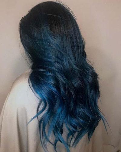 Σκούρο μπλε χρώμα στα μαλλιά που ανοίγει σε γαλάζιο προς τις άκρες