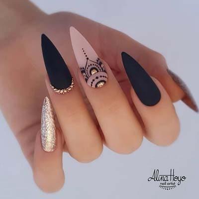 Μαύρα στιλέτο νύχια με χρυσό glitter