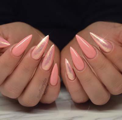 Ροζ σχέδιο με νύχια στιλέτο