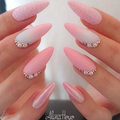 Ροζ νύχια στιλέτο με στρας