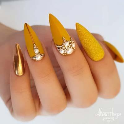 Κίτρινα νύχια stiletto με πέρλες και στρας