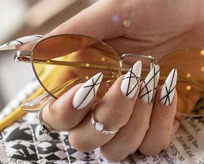 Άσπρα νύχια stiletto με μαύρες γραμμές
