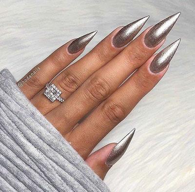 Μεταλλικό βερνίκι νυχιών σε stiletto nails