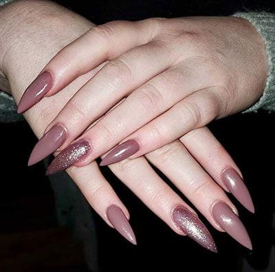 Stiletto nails στο χρώμα του σάπιου μήλου