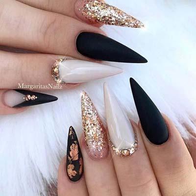 Ασπρόμαυρα νύχια σε μυτερό σχήμα stiletto