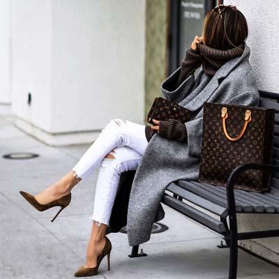 Casual chic ντύσιμο με σκισμένο λευκό τζιν και γκρι παλτό