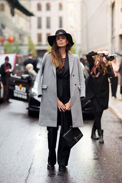 Chic ντύσιμο με γυναικείο μαύρο κοστούμι και γκρι ημίπαλτο