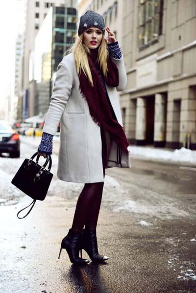 Κομψός συνδυασμός γκρι παλτό στο χρώμα του πάγου με μπορντό ρούχα