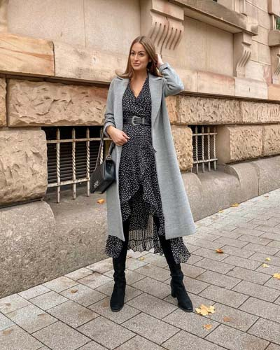 Μακρύ γκρι παλτό με φλοράλ αέρινο μίντι φόρεμα