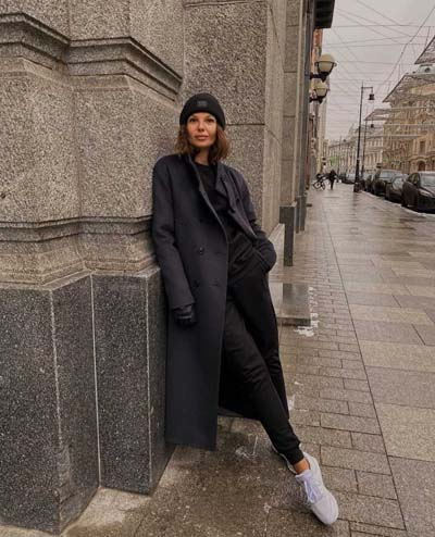 Sport chic ντύσιμο με σκούρο ανθρακί παλτό και total black outfit
