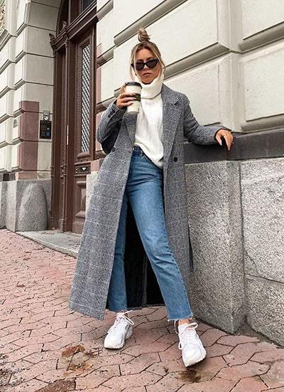 Casual chic σύνολο με φαρδύ πουλόβερ, τζιν και μακρύ καρό γκρι παλτό