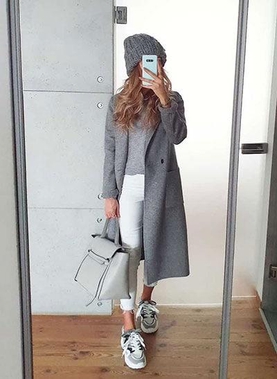 Κομψό καθημερινό ντύσιμο με λευκό παντελόνι σε συνδυασμό με γκρι πουλόβερ και πανωφόρι