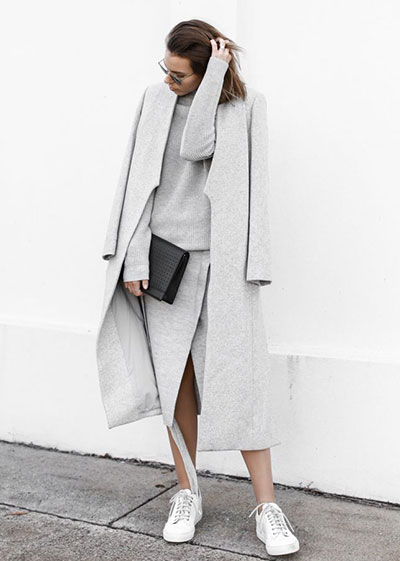 Casual outfit στο γκρι χρώμα του πάγου με πλεκτό χειμωνιάτικο φόρεμα