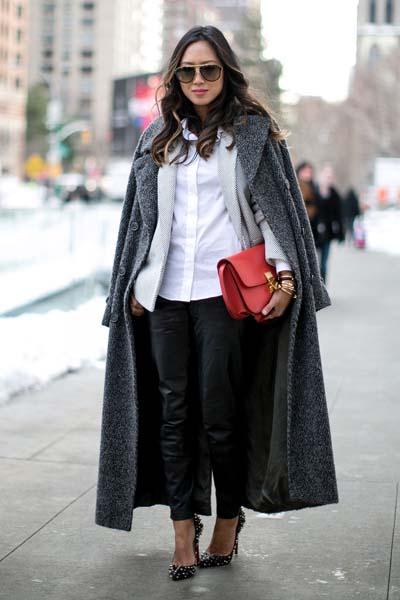 Chic ντύσιμο με δερμάτινο παντελόνι, σακάκι και σκούρο γκρι παλτό