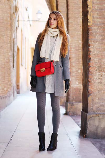Κομψό ντύσιμο με μίνι φούστα, γκρι ημίπαλτο και κόκκινη τσάντα