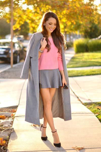 Μακρύ γκρι ανοιχτό παλτό και σύνολο με μίνι φούστα