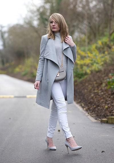 Ντύσιμο σε ουδέτερα χρώματα με λευκό παντελόνι και γκρι ανοιχτό παλτό