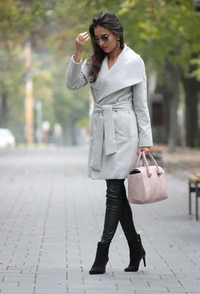 Chic σύνολο με γκρι παλτό δεμένο στη μέση και μαύρο παντελόνι