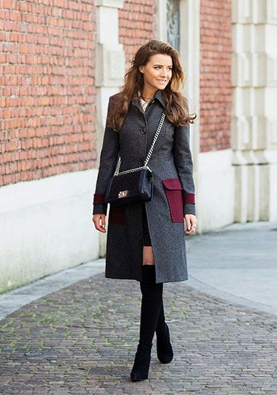 Βραδινό κομψό ντύσιμο με κοντό φόρεμα, μπότες over the knee και γκρι σκούρο παλτό