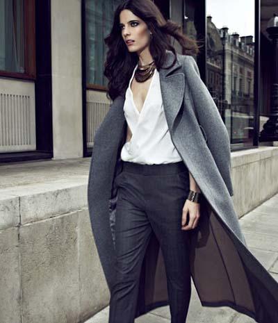 Κομψό σύνολο με άσπρη μπλούζα, ανθρακί παντελόνι και μακρύ γκρι παλτό